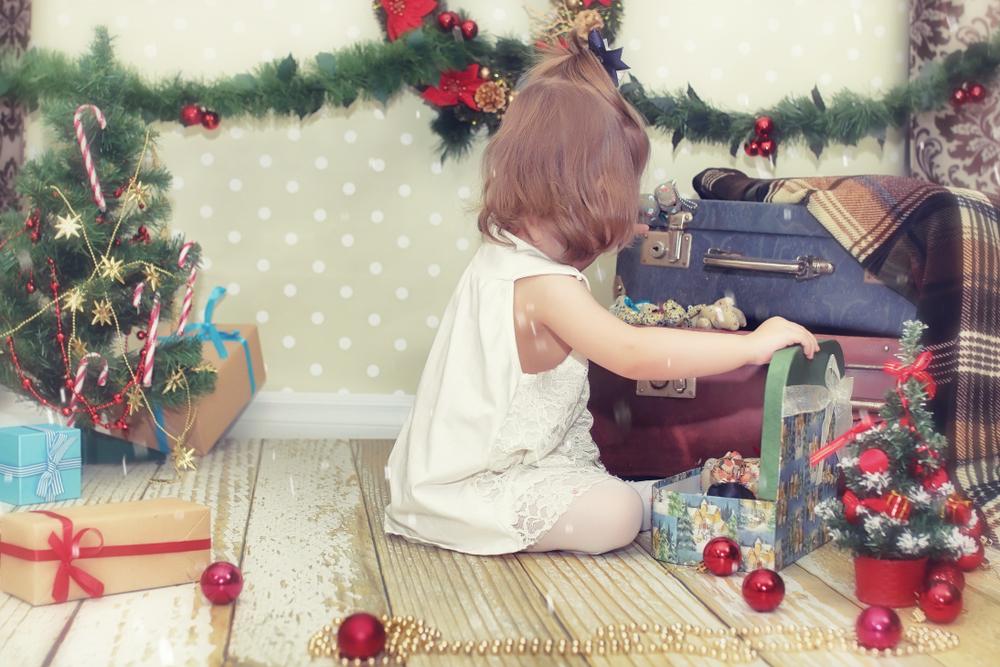 Petite fille ouvrant des cadeaux de Noël en Islande.